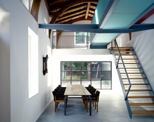 Bild des Büros Wyder Elektroplanung mit Konferenztisch linkserhand und Treppenaufgang rechterhand